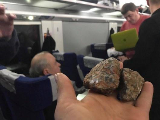 ВИнтерсити впериод движения выбили окно, камень упал на эстрадную певицу Руслану